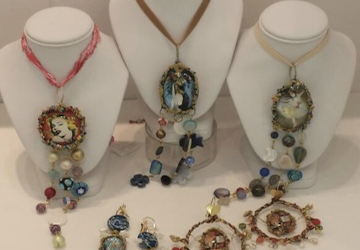 Bijoux d'autore, camei e gemelli: in Colombo Gallery piace stupire
